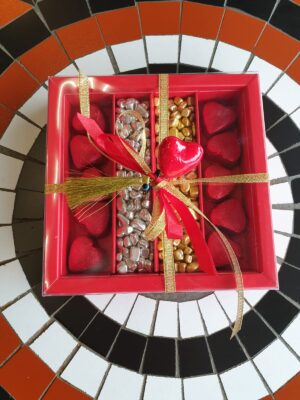 Çakıl taşları ve çikolata kalpleri ile Sevgililer günü